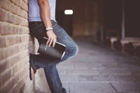 einsamer Mann mit Bibel in der Kirche