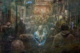 Einsame Frau in der Masse