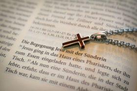 Kreuz auf Bibel - Thema Vergebung