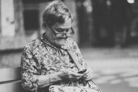 alte Frau mit Smartphone