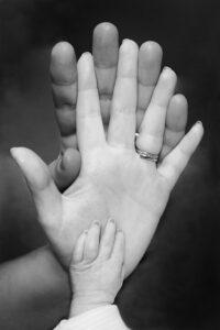 Hände von Vater Mutter Kind ineinandergelegt